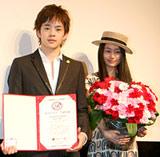 出演映画『半分の月がのぼる空』がロマンスマーク認定を受け、授与式に出席した(左から)池松壮亮、忽那汐里