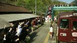 川島(中央)を駅で出迎える男子高生ら