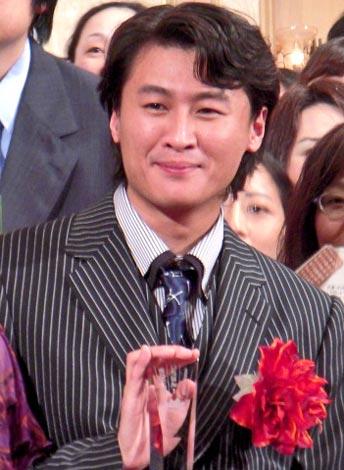 『2010年本屋大賞』発表会で、大賞のトロフィーを受け取り顔をほころばせる冲方丁氏 (C)ORICON DD inc.