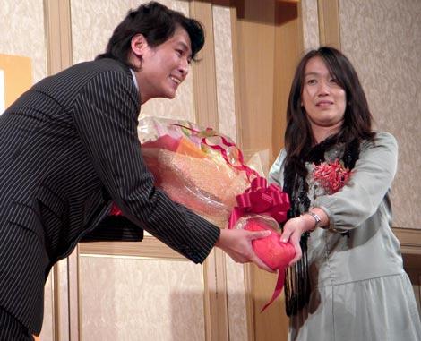 前回大賞の湊かなえ氏(右)から花束を受け取った、『2010年本屋大賞』受賞の冲方丁氏 (C)ORICON DD inc.