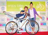 『エンジョイバイクアワード2010』の授賞式でおなじみのポーズを決めるなだぎ武(左)と杏