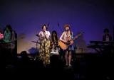 メジャーデビューシングル「りんご」リリースパーティーで、歌声を披露したcossamiの(左から)みなみとひろこ