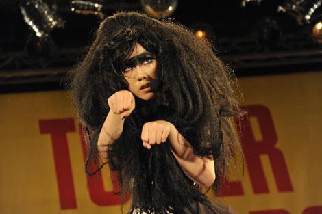 「ゼブラクイーンのテーマ」と映画『ゼブラーマン-ゼブラシティの逆襲-』の主題歌「NAMIDA〜ココロアバイテ〜」を2 曲を披露した