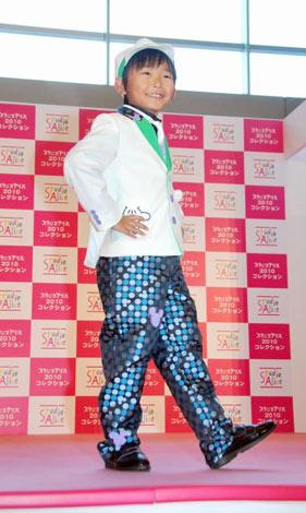 サムネイル 新作キッズ衣装のファッションショー『スタジオアリス 2010コレクション』でショーモデルに初挑戦した、加藤清史郎  (C)ORICON DD inc.