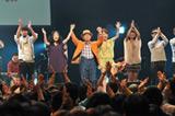 コンピレーションアルバム『すごくおいしいうた』の発売記念ライブに出演した角淳一(中央)とミュージシャン
