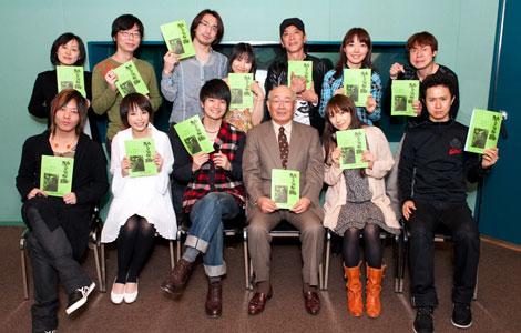 都内のスタジオで取材に応じるも、騒動については一切触れなかった平野綾(前列、左から2人目)