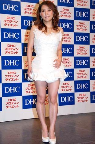 サムネイル 『DHCプロティンダイエット』の新CM発表会にミニのウエディングドレス姿で登場した友近 (C)ORICON DD inc.