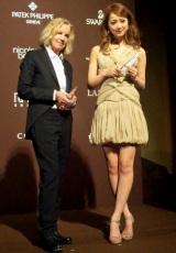『第53回FECJ賞』、「モデル・オブ・ザ・イヤー」の佐々木希(右)と「デザイナー・オブ・ザ・イヤー」のジル・サンダー