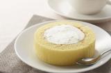 """コンビニ各社が続々と発売している、皿にあけてスプーンで食べる、""""渦なし""""のロールケーキ"""