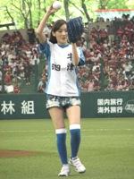 美しいフォームで始球式をつとめた波瑠。