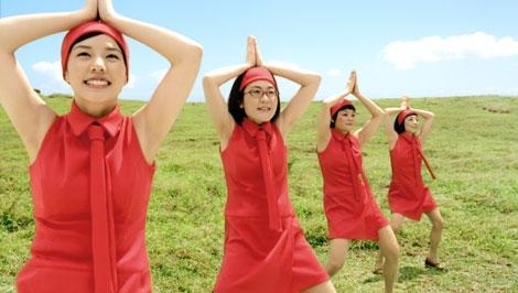 サムネイル ユニークなダンスを『ニチレイ アセロラ』(サントリー)CMで披露する(左から)仲里依紗、光浦靖子