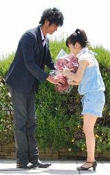 ともに主演を務める速水もこみちから花束をプレゼントされる志田未来 (C)ORICON DD inc.
