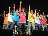 8人編成のDAPUMP(左から:KAZUMA、YORI、 KENZO、 ISSA、KIMI、DAICHI、TOMO、U-YEAH)