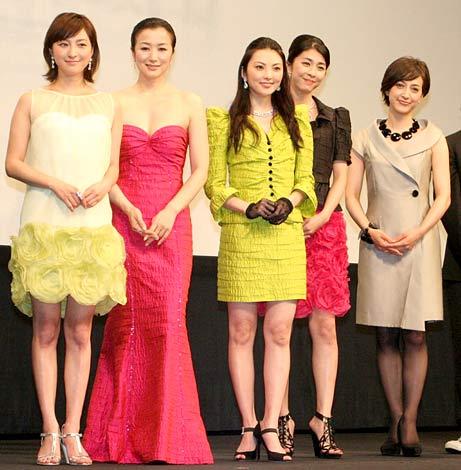 サムネイル 映画『Flowers』の完成披露試写会に出席した(左から)広末涼子、鈴木京香、田中麗奈、竹内結子、滝川クリステル