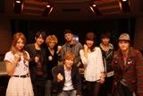 AAAのメンバーと小室哲哉(前列中央)