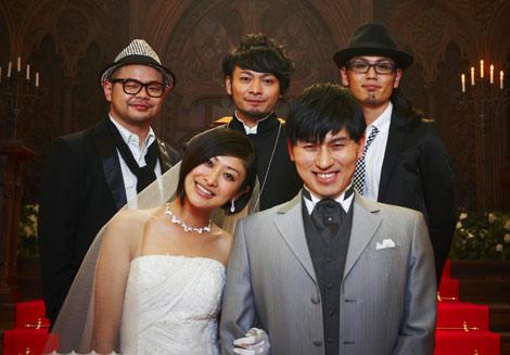 サムネイル PENGIN(後列3名)の新曲ミュージックビデオで、新郎・新婦役として共演する山田優とオードリー・春日俊彰