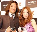 ソニーの新デジタルスチルカメラ発表会見に出席した(左から)浅野忠信、北川景子 (C)ORICON DD inc.