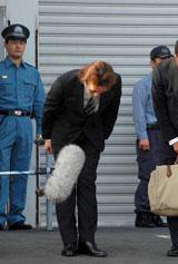 初公判判決後、報道陣の前で深々と頭を下げるJAYWALK・中村耕一被告