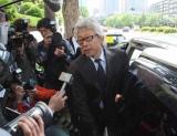 JAYWALK・中村耕一被告の初公判判決後、詰め掛ける報道陣の問い掛けに応じた、所属事務所フリーウェイの知久悟司代表取締役社長