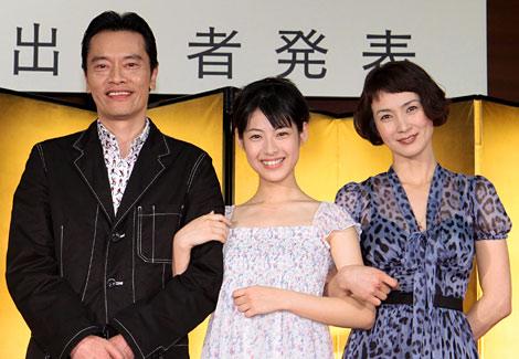 NHK朝の連続テレビ小説『てっぱん』の新キャスト発表会見に出席したヒロインの瀧本美織(中央)と、新キャストの安田成美(右)、遠藤憲一