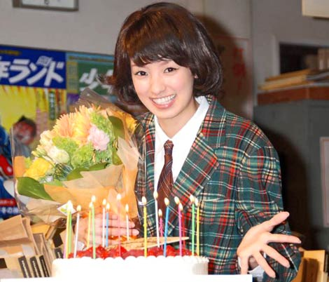 NHK朝の連続テレビ小説『ゲゲゲの女房』会見で、21歳の誕生日をサプライズで祝われ笑みを浮かべる南明奈 (C)ORICON DD inc.