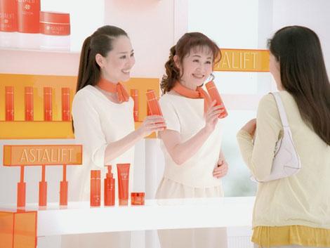 サムネイル 美容部員になった(左から)松田聖子と中島みゆき/『アスタリフト』(富士フイルム)新CM