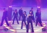 AAAの全国ツアー東京公演の模様(左から)浦田直也、末吉秀太、日高光啓、伊藤千晃、宇野実彩子、與真司郎、西島隆弘