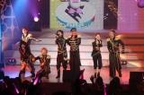 AAAの全国ツアー東京公演の模様(左から)與真司郎、宇野実彩子、末吉秀太、西島隆弘、浦田直也、伊藤千晃、日高光啓