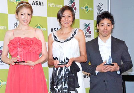 『2010年度ベストアサイーニスト』を受賞した(左から)美香、RIKACO、清水宏保氏 (C)ORICON DD inc.