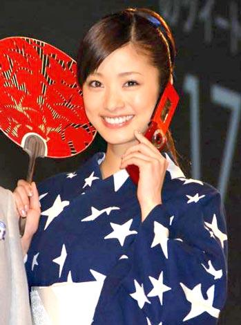 サムネイル 『ソフトバンクモバイル 2010年夏新商品発表会』に浴衣姿でゲスト登場した上戸彩 (C)ORICON DD inc.
