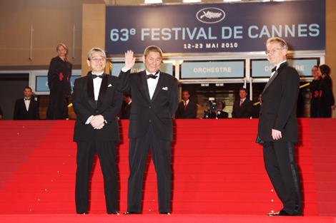 第63回カンヌ国際映画祭コンペティション部門に選出された『アウトレイジ』の上映会場のレッドカーペットに登場した北野武監督(中央) (c)Kazuko Wakayama