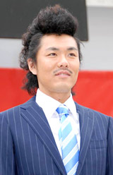 「K-BO-BO-商事」設立記念イベントでリーゼントヘアーを披露したトータルテンボスの藤田憲右