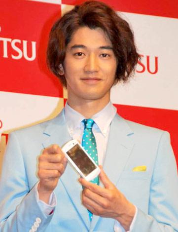 サムネイル 富士通ケータイの『2010年夏モデル新機種発表会』に出席した瑛太 (C)ORICON DD inc.