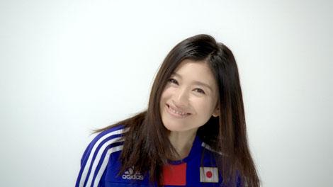 サッカー日本代表のユニフォームで「ソニー」のCMに出演する篠原涼子