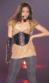 日本最大級のファッション&『Girls Award 2010』にて、胸元が大胆に開かれた衣装で初ライブを行った黒木メイサ