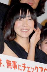 映画『シーサイドモーテル』のプレミア試写会の舞台あいさつに登壇した麻生久美子