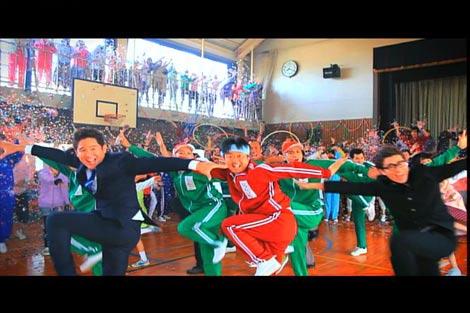 かりゆし58のニューシングル「全開の唄」のミュージックビデオのカットでメンバーらと全員揃って豪快なダンスを披露