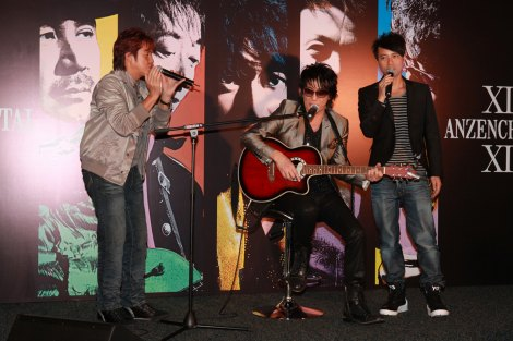 この日の記者会見にはサプライズ・ゲストとして、香港の大御所歌手アラン・タム(左)と、ハッケン・リー(右)が登場。「I LOVE YOUからはじめよう」を披露した