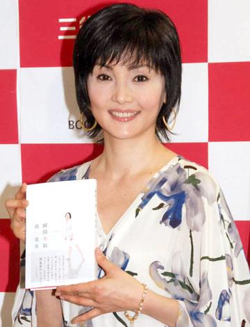 10年ぶりの書籍『瞬間幸福』の発売記念サイン会を行った南果歩 (C)ORICON DD inc.