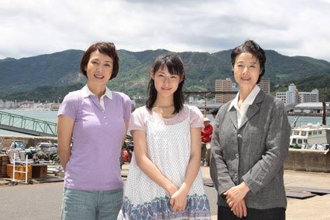 次期NHK朝ドラ『てっぱん』のクランクインを報告する(左から)安田成美、瀧本美織、富司純子