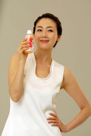 チェ・ジウが美肌を披露する『コラーゲン10000+ビタミンC』(ロッテ)新CMメイキングカット