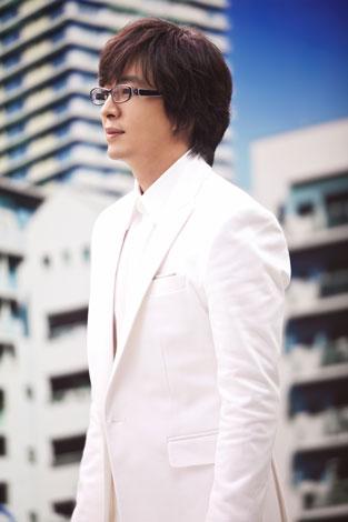 真っ白な衣装で撮影に臨むペ・ヨンジュン/『眼鏡市場』新CMメイキングカット