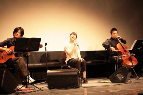 ギターとチェロの伴奏によるアコースティックなサウンドで観客を魅了した