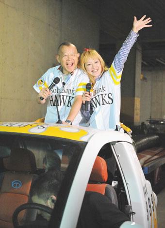 プロ野球・セパ交流戦、福岡ソフトバンク対中日ドラゴンズの試合前にサプライズで訪れた笑福亭鶴瓶とオセロ・松嶋尚美