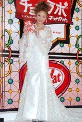 ネスレの『チョコラボ キットカット』ブライダルキャンペーン発表会にウエディングドレス姿で出席した西山茉希 (C)ORICON DD inc.