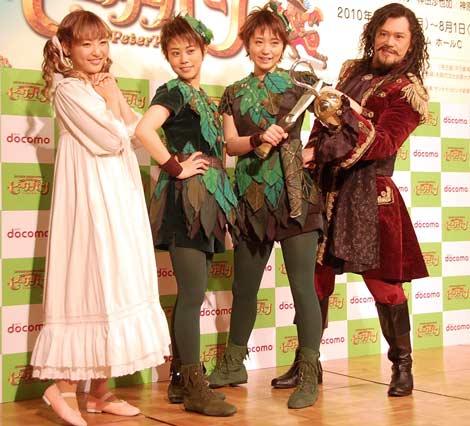 ミュージカル『ピーターパン』の制作発表会見に出席した(左から)