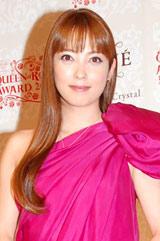 『ベーネクイーンオブローズアワード2010』の表彰式に出席した中山エミリ