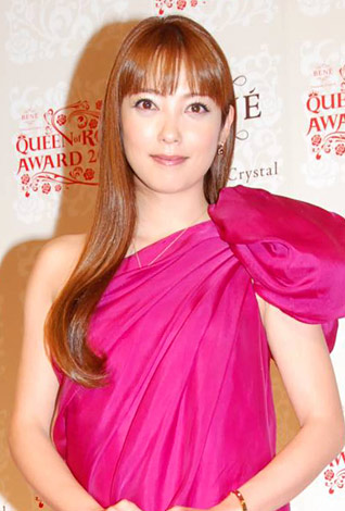 サムネイル 『ベーネクイーンオブローズアワード2010』の表彰式に出席した中山エミリ