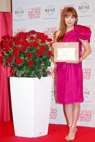 『ベーネクイーンオブローズアワード2010』の表彰式に出席した中山エミリ (C)ORICON DD inc.
