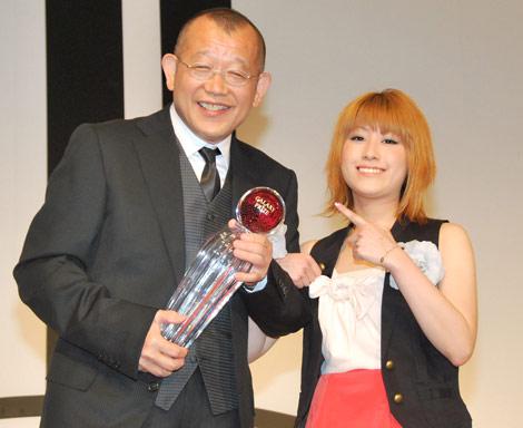 『第47回ギャラクシー賞』を受賞した笑福亭鶴瓶(左)を祝福しに駆けつけたIMALU (C)ORICON DD inc.